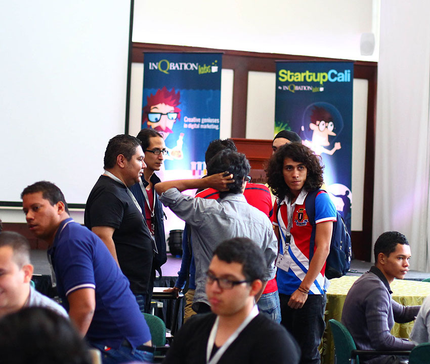 lucas-torres-hablando-con-participantes-startup-cali